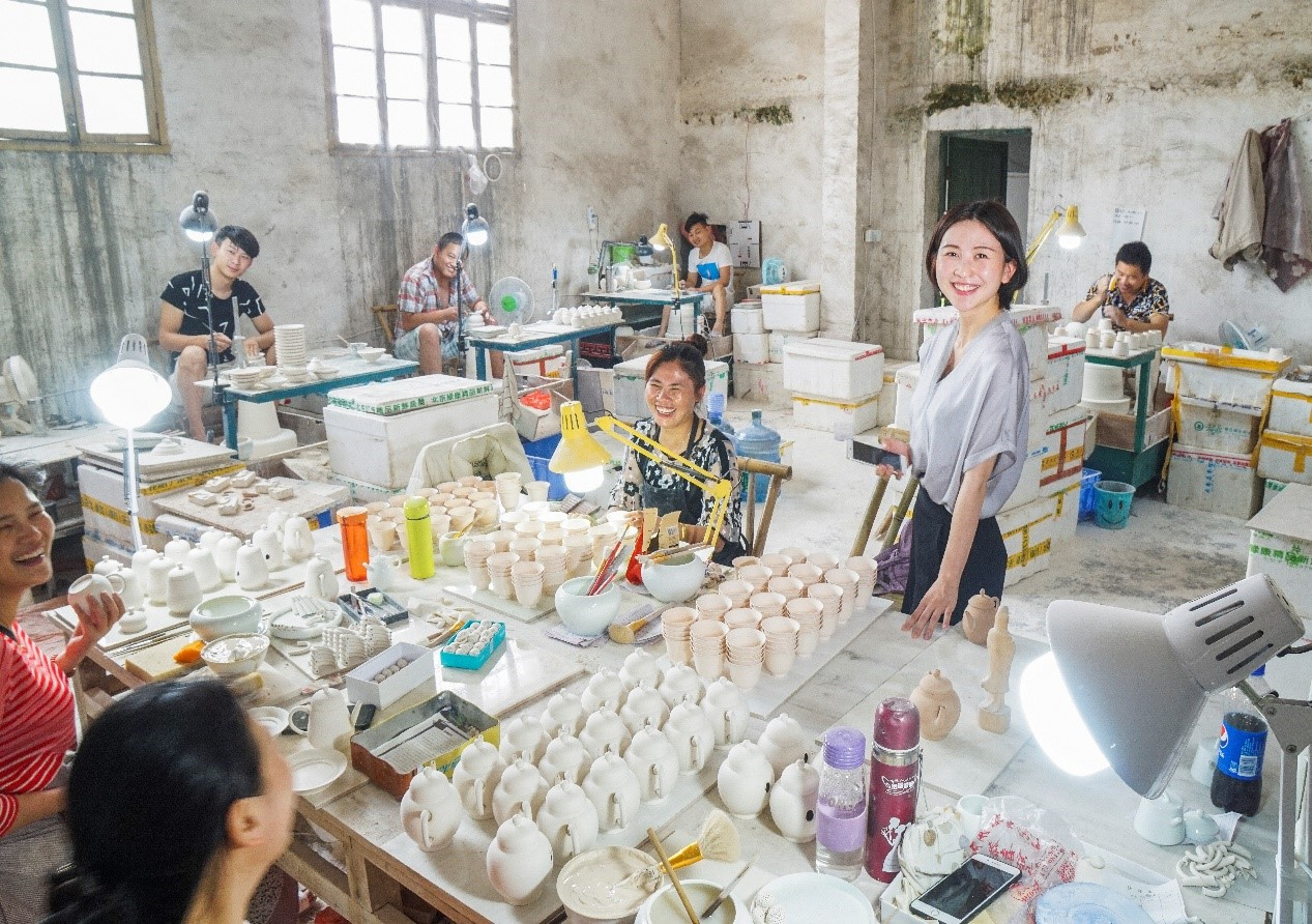 Liyuan Feng started her original teaware business with RMB 10,000 ($1,537). She launched her own brand in 2015 and used short term MYbank loans to finance expansion. Her business now employs 150 people.