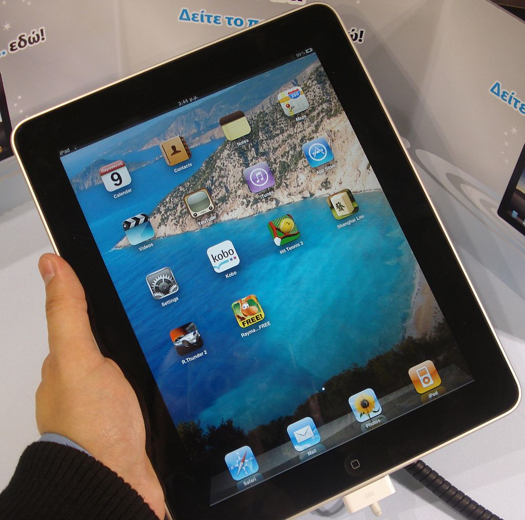 Celent says banks should not neglect the tablet and should make greater use of social media